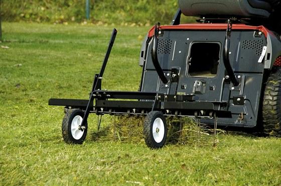 Vyhrabovač vyčistí trávník od veškerých zbytků, které po sekání zbyly na ploše.