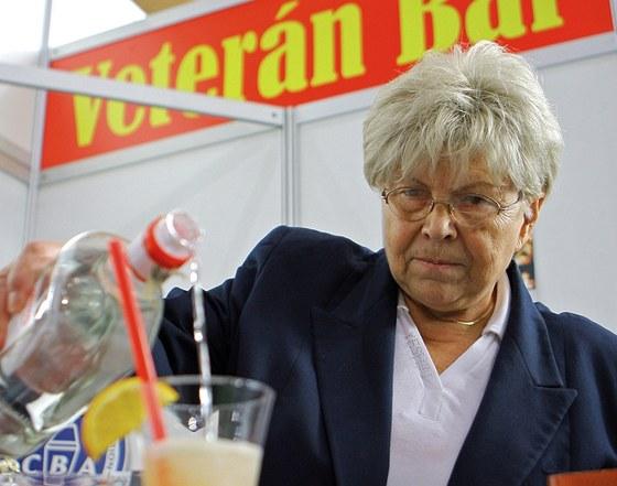"""""""Po čichu poznám dobrou vodku od špatné,"""" říká 76letá barmanka Miluše Kelblová."""
