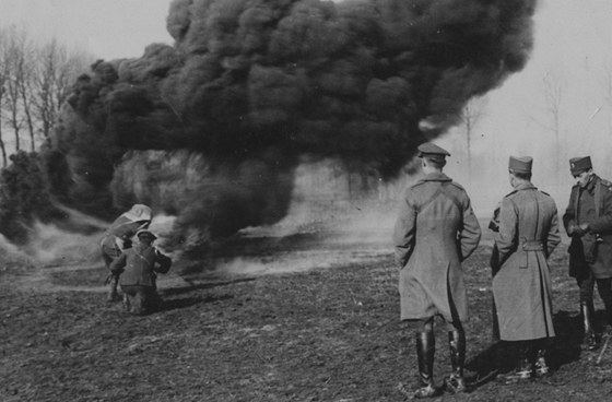 Předvádění britského lehkého plamenometu. Všimněte si ochrany hlavy