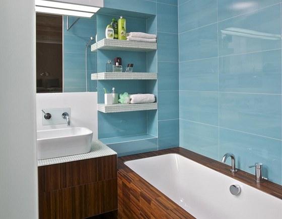 Koupelna je pýchou bytu. Podlaha je z tmavého dřeva a stejný materiál byl