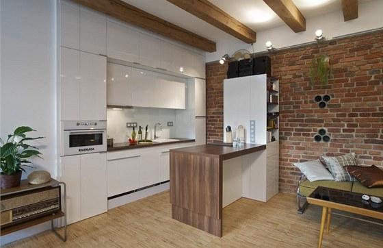 Moderní bílá kuchyň je vybavena všemi potřebnými spotřebiči včetně pračky a