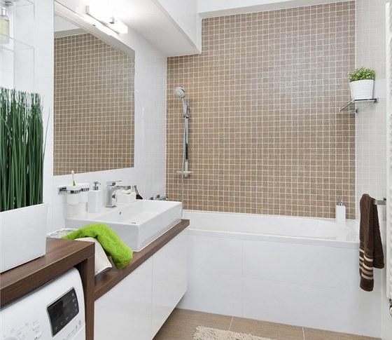Koupelna – kombinace bílé a hnědé je nadčasová, lesklé obklady (RAKO, série