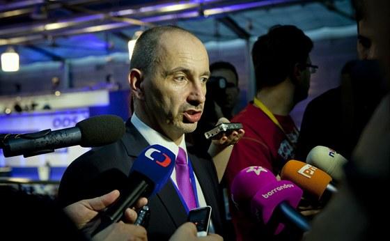 Ministr průmyslu a obchodu Martin Kuba hovoří s novináři poté, co byl zvolen 1.