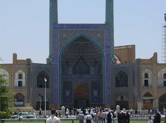 Mešita je obrácena k Mekce a pyšní se skvostnou výzdobou s modrými mozaikami s...