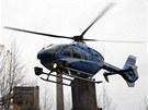 Policejní vrtulník po výbuchu v koksárenské baterii sledoval situaci nad