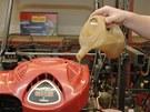 Do většiny motorů pro sekačky patří půl litru oleje.