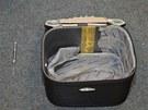 Jedno ze zavazadel, ve kter�ch mlad� Islan�anky pa�ovaly kokain.
