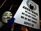 Maska s tváří Guye Fawkese se stala značkou hnutí   Anonymous. To nevyhazuje domy do vzduchu, jeho hackeři připomínají korporacím a vládám, že nejsou všemocné.