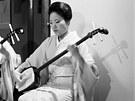 Klienty bavily gejši též hrou na hudební nástroj z 16. století šamisen (struny