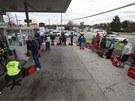 Ameri�an� z New Jersey, kter� postihla bou�e Sandy, �ekaj� p�ed �erpac� stanic�