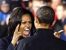 Michelle Obamová se zdraví se svým manželem při mítinku v Des Moines. (6.