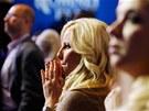 Mladá žena napjatě očekává výsledky Mitta Romneyho v Bostonu. (7. listopadu