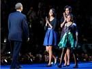 Michelle Obamová s dcerami Maliou (vlevo) a Sashou blahopřejí Barackovi Obamovi