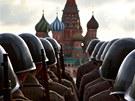 A URÁ NA FRONTU! Ruští vojáci se v dobových uniformách účastní vojenské přehlídky na Rudém náměsti v Moskvě, která připomíná slavnou přehlídku roku 1941 (5. listopadu 2012)