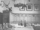 Interiér restaurace v původní rozhledně na Pradědu.
