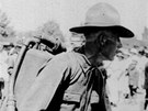 Americký voják testující rakousko-uherský plamenomet
