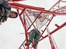 Technici skládají stožár jako dětskou stavebnici. Pokud nebude příliš foukat,
