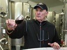 Jaroslav Vaďura z Polešovic ochutnává čerstvě vyrobené víno, které však půjde
