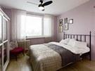 Ložnice je v romantičtějším stylu než zbytek interiéru.