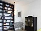 Stojací lampa má místo klasického stojanu lanko, které je připevněno k podlaze
