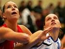 Karlovarská basketbalistka Dana Kušlitová (vpravo) bojuje na doskoku s Klárou Rosenbaumovou z Hradce Králové.