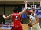 Karlovarská basketbalistka Dana Kušlitová (vpravo) stojí proti Michale Hartigové z Hradce Králové.