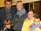 Lucie Benešová a Tomáš Matonoha se svými čtyřmi dětmi. Nejmladší Laře je osm měsíců.