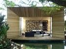 Specifickou tvář dodávají domu dřevěné robustní rámové konstrukce, které