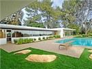 Součástí domu je i prostorný venkovní bazén.