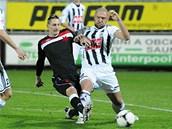 Jan Halama (vpravo) z  �eských Bud�jovic v tvrdém souboji s Milanem �kodou ze