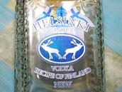 Neokolkovaná láhev finské vodky, ve které policisté našli metanol.