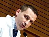 P�ednosta Kliniky transplanta�ní chirurgie IKEM Ji�í Fron�k hovo�í p�i tiskové