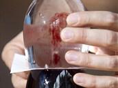 Víno začne pomalu stoupat v úzkém sloupci vzhůru.