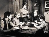 Pod dívčím příjmením Trejtnarová se Eva Hudečková (stojící) zapsala do paměti