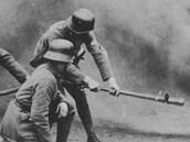 Německá policejní jednotka při nácviku použití plamenometů