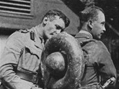 Kanadští důstojníci testují ukořistěný německý plamenomet Wechs.