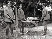 Francouzský plamenomet Schilt, upravený pro přenášení třemi muži. Tento snímek