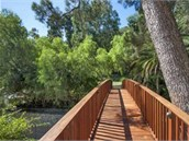 Z hlavního domu lze jít do chalupy po dřevěném mostě v brazilském stylu.