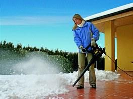 Foukače snadno odstraňují menší nánosy čerstvého sněhu.