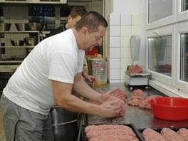 Příprava 400 porcí sekané