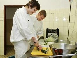 Na kuchařské učně vždycky zbývají nejotravnější práce, třeba krájení zeleniny