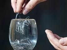 Postupně přidávej sponky a sleduj hladinu vody.