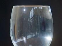 Přeteče plná sklenice vody, když do ní vhodíte kancelářskou sponku?