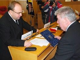 Nový moravskoslezský hejtman Miroslav Novák (vlevo) s komunistou Josefem