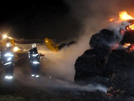 Hasiči likvidují požár stájí v Břidličné na Bruntálsku.