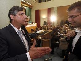 Jan Fischer před debatou prezidentských kandidátů o evropské vizi v sále FSV UK