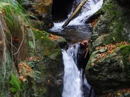 Dolní stupeň Nýznerovských vodopádů dosahuje výšky zhruba tří metrů.