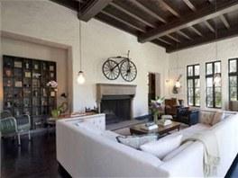 Rezidence v koloniálním stylu z roku 1924 má stropy obložené dřevem.