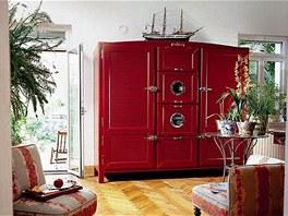 Multifunkční skříň vypadá jako kus starožitného nábytku.