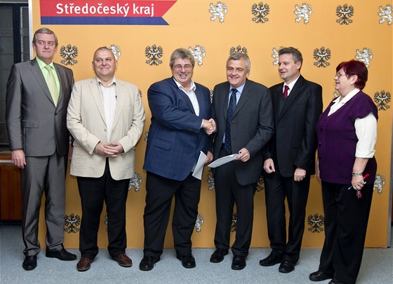 Špičky ČSSD a KSČM po uzavření dohody o spolupráci.